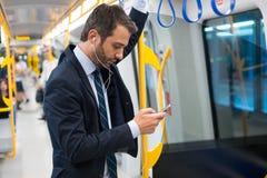 Assinante do homem de negócios que viaja no metro no subsolo foto de stock royalty free