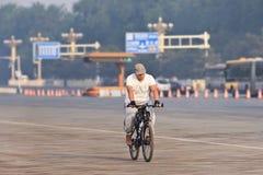 Assinante em uma bicicleta no amanhecer, Pequim, China Fotos de Stock Royalty Free