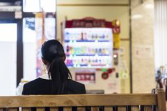 Assinante que espera no estação de caminhos de ferro japonês foto de stock