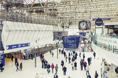 Assinantes dentro da estação de trem de Waterloo, Londres Imagens de Stock