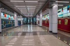Assinantes que andam no trânsito na estação de metro fotografia de stock royalty free