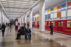 Assinantes que andam no trânsito na estação de metro fotos de stock