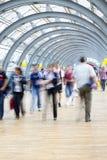 Assinantes que apressam-se no corredor, borrão de movimento Imagem de Stock Royalty Free