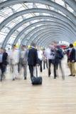 Assinantes que apressam-se no corredor, borrão de movimento Fotos de Stock Royalty Free