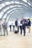 Assinantes que apressam-se no corredor, borrão de movimento Imagem de Stock