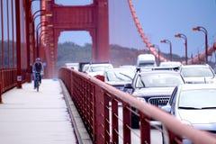 Assinantes que cruzam golden gate bridge durante horas de ponta Imagem de Stock Royalty Free