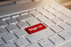 Assinatura acima o gesto da pressão do dedo assina acima agora o botão em um teclado de computador Botão da cor vermelha na prata foto de stock