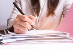 Assinatura das mulheres de negócio Imagem de Stock Royalty Free