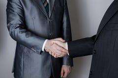 Assinatura do acordo e de um aperto de mão Fotos de Stock Royalty Free