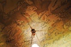 Assinaturas de Griechenbeisl na sala de Mark Twain fotografia de stock royalty free