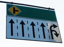 Assine a bandeira sobre pistas de tráfego no fundo branco imagens de stock royalty free