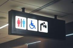Assine banheiros para homens, mulheres e os enfermos Fotos de Stock