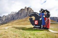 Assine com o logotipo de Val Gardena Valley na estrada, visto de Passo Sella Foto de Stock