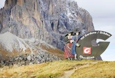 Assine com o logotipo de Val Gardena Valley na estrada, visto de Passo Sella Fotos de Stock Royalty Free