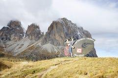 Assine com o logotipo de Val Gardena Valley na estrada, visto de Passo Sella Fotografia de Stock Royalty Free