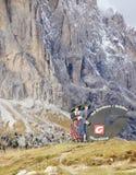 Assine com o logotipo de Val Gardena Valley na estrada, visto de Passo Sella Imagem de Stock