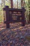 Assine dentro a floresta nacional Smokey que o urso diz? Imagens de Stock