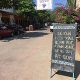 Assine dentro a rua mexicana pequena da cidade foto de stock
