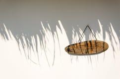 Assine a madeira na parede sob a sombra das luzes Fotos de Stock