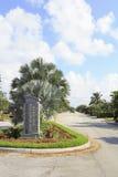 Assine na entrada em alturas da poinsétia Foto de Stock