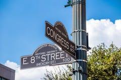 Assine na interseção rua do oeste da 8as e avenida do congresso Fotos de Stock Royalty Free