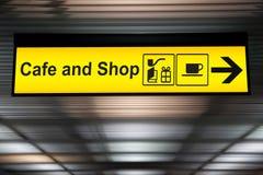 Assine o café e compre com a seta o sentido o passageiro Foto de Stock Royalty Free