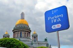 Assine o fundo de estacionamento de FIFA da catedral do St Isaac durante Fotos de Stock