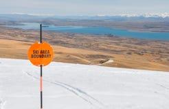 Assine o limite e a opinião de área do esqui a um lago Imagem de Stock