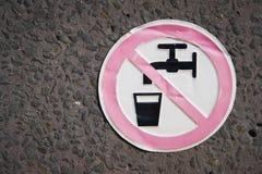 Assine o ` nenhum ` da água potável em uma fonte Fotos de Stock