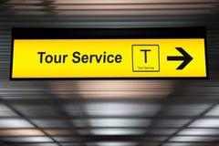 Assine o serviço da excursão no aeroporto com a seta para o sentido Imagem de Stock
