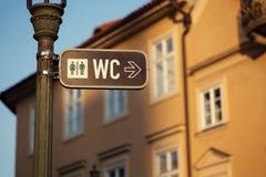 Assine para um toalete na rua de Praga República Checa foto de stock