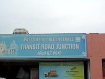 Assine a placa fora do templo dourado, Amritsar, Índia imagens de stock