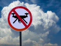 Assine a proibição de zangões no céu e nuble-se o fundo fotografia de stock royalty free