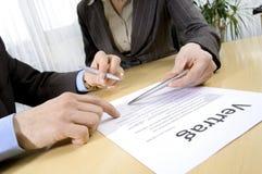 Assine um contrato Imagem de Stock Royalty Free