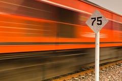 Assine a velocidade do limite e treine-a em um movimento rápido Fotos de Stock Royalty Free