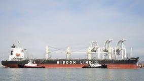 assing散装货轮BUNUN的拖轮优胜突破操纵 图库摄影
