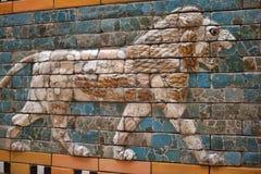 Assirian väggar i det Pergamon museet i Berlin royaltyfria bilder