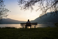 Assis sur un banc en bois Photos libres de droits