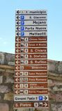 assisi意大利 显示城市的各种各样的纪念碑和主要服务的方向的很大数量的小规模标志 库存图片