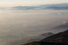 Assisi över ett hav av dimma arkivfoto