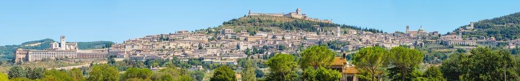 Assisi, один из самого красивого маленького города в Италии Горизонт деревни от земли Стоковые Фотографии RF