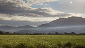 Assisi с туманом Стоковое фото RF