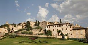 Assisi e un campo con la pace di parola nel Latino Fotografia Stock