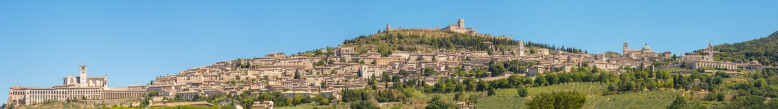 Assisi en av den mest härliga lilla staden i Italien Horisont av byn från landet arkivfoto