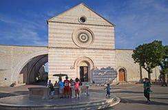 Assisi, Itália, o 15 de julho de 2017, vista cênico na cidade de Assisi com algumas crianças que jogam em um quadrado antigo fotografia de stock royalty free