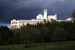 Assisi, Italië, Basiliek van St Francis met onweer Stock Foto's