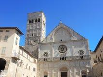 Assisi Italien, en av den mest härliga lilla staden i Italien Fasaden av domkyrkan av San Rufino royaltyfria foton