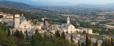Assisi panoramaSt. Rufino och St. Chiara arkivbilder