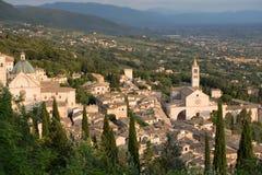 Assisi stad från ovannämnt med kupolkyrkan arkivbild