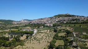 Assisi, uno de la pequeña ciudad más hermosa de Italia Opinión aérea del abejón del horizonte del pueblo de la tierra almacen de video
